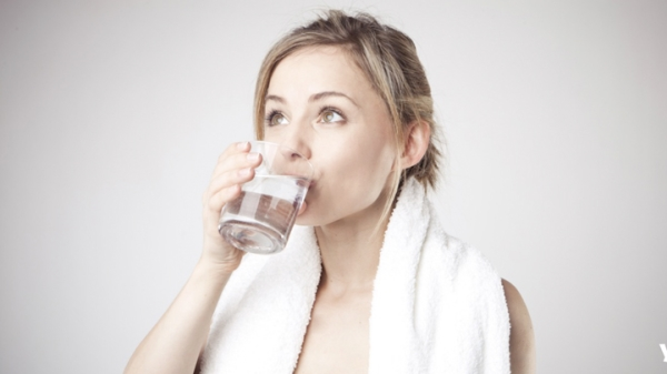 1 ly nước lọc sau khi thức dậy vào buổi sáng giúp thanh lọc cơ thể