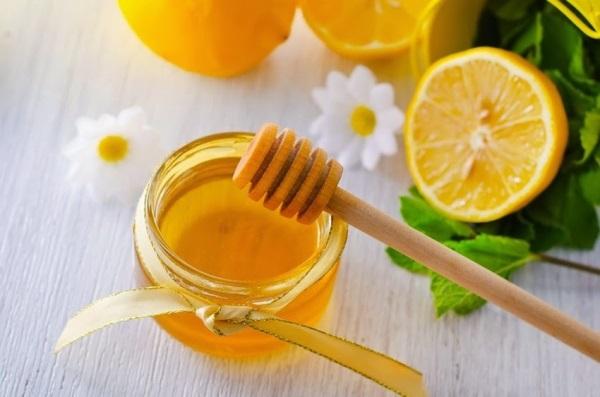 Nước ấm pha mật ong và 1 vài lát chanh có tác dụng tốt